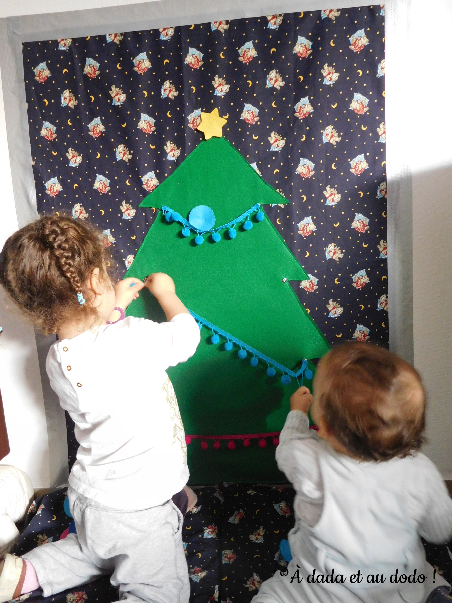 enfants_decorent_sapin_feutrine